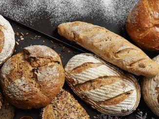 Právě upečený chléb v místní pekárně