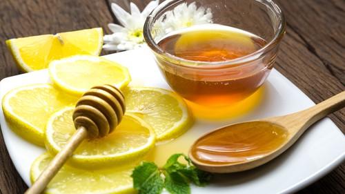 Na bolest v krku působí rovněž kombinace citrónu a medu