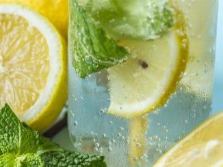 Začněte den s citrónovou vodou. Nastartuje vás