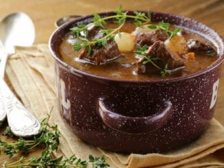 Hovězí po burgundsku patří mezi nejlepší pokrmy francouzské kuchyně