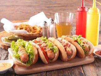 Hot dog není obyčejný párek v rohlíku. Udělat si jej lze na sto způsobů