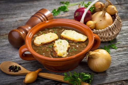Francouzská cibulačka: jednoduchá a rychlá polévka, jež podporuje imunitu