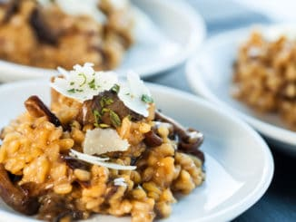 Portion of risotto rice with fungi.