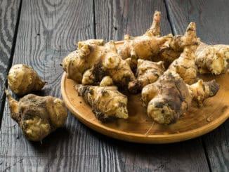 """Topinambury: kvalitní alternativa brambor, z níž lze připravit i """"bramborový"""" salát"""