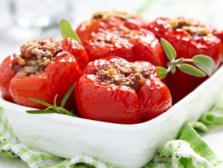 Plněné papriky jsou oblíbené po celém světě. Připravit si je lze v mnoha variantách