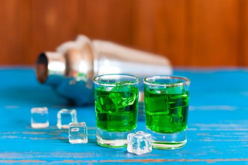 Absinth: nápoj, jenž byl dlouho zakázán. Je prý halucinogenní a vyvolává násilí