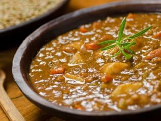 Čočková polévka: tradiční pokrm, jejž si lze připravit se sýrem, chilli nebo ředkvičkami