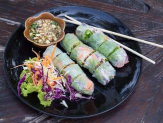 Jarní závitky: zdravý pokrm z Asie, který si lze připravit na 100 a jeden způsob
