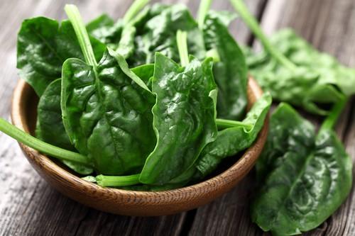 Špenát údajně obsahuje 10× více železa než jiná zelenina. Jde ale spíš o chybu v desetinné čárce
