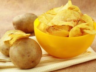 Brambůrky (chipsy): enormně nezdravá pochutina, jež existuje i v šílených variantách