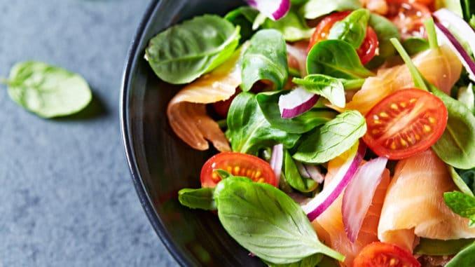 Může být salát kalorický? Zjistěte, jakým ingrediencím se při přípravě raději vyhnout