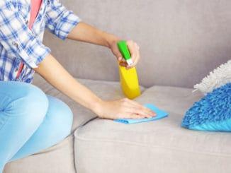Zbavte starou sedačku zašlé špíny. Poradíme, jak na skvrny i zápach