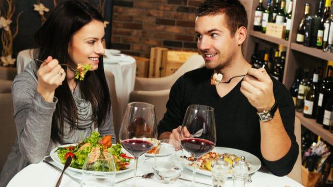 Tyto potraviny nikdy nejezte na prvním rande. Zaděláte si na pěkný trapas