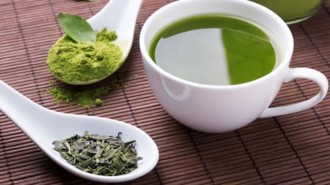 Oba jsou zelené, ale každý je jiný. V čem se liší zelený čaj od matcha čaje?