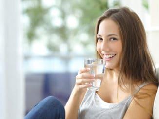 Pít, či nepít? To je to, oč u jídla běží