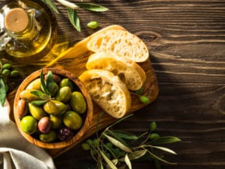 Kuchyně starověkého Řecka si zakládala na obilovinách, olivách a víně. Co dalšího se na stolech objevovalo?