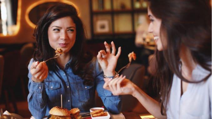 Stolování ve světě: Kde je alkohol povinný a kdy můžete hůlkami jídlo napichovat?