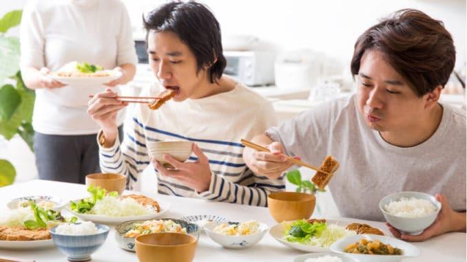 Plivání a říhání vás už nepřekvapí. Co dalšího byste měli vědět o stolování Asiatů?
