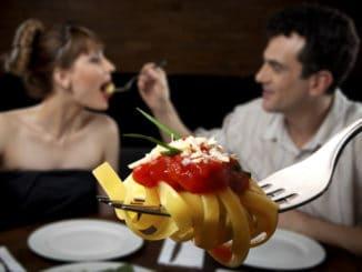 První dojem je důležitý, některým jídlům se proto na rande raději vyhněte. Poradíme, jak zapůsobit