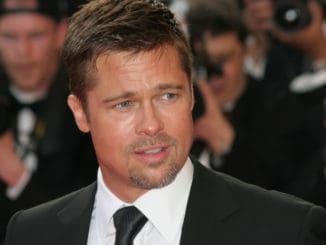 Proč Brad Pitt ve filmech pořád něco jí? Známe odpověď