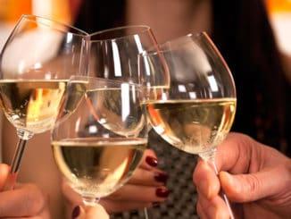 Po pár sklenkách vína vám pravděpodobně začne kručet v žaludku. Je za tím jednoduché vědecké vysvětlení